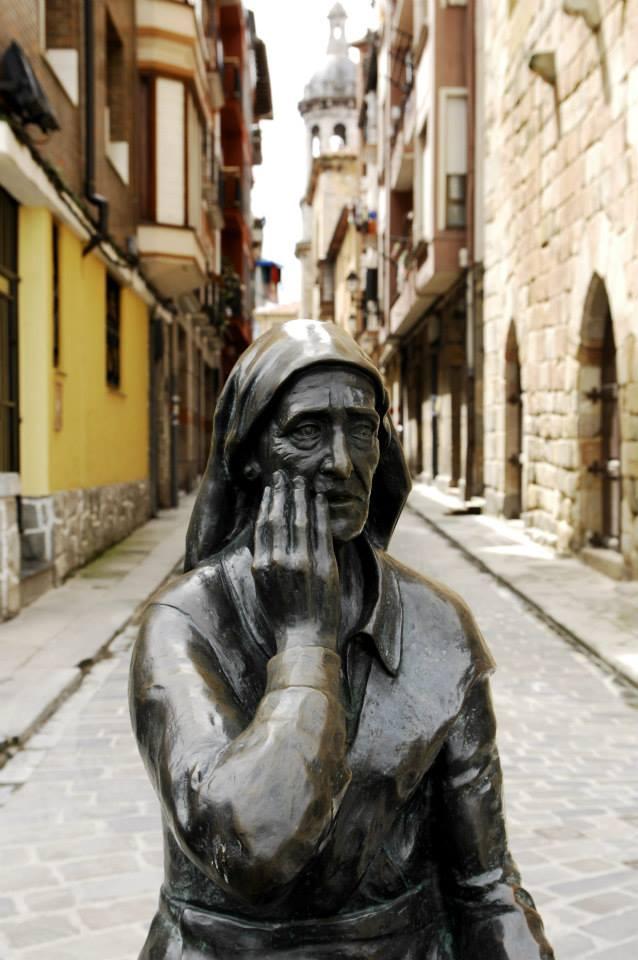Une statue dans le village de Bermeo, à deux pas du lieu de l'AG.